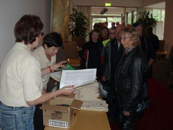 Marianne och Marie-Louise sköter registreringen vid ankomsten.