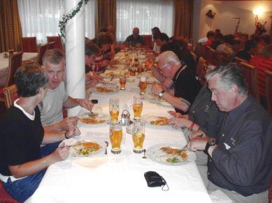Mycket mat och god mat och servicen var förträfflig.