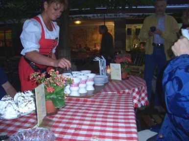 Brinnande Asbach (tysk cognac) röres om, släckes med kaffe, vispgrädde på toppen.