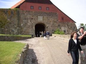 Vägen som leder upp mot ingången till Varbergs fästning