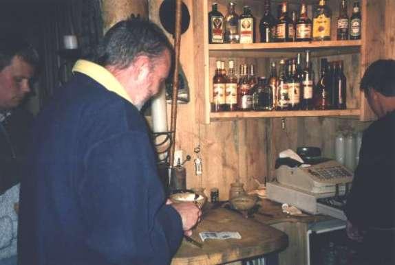 """Mannen som uppfann """"svenskvinet"""" (Normalt fick man ett halvt glas med vin, den här svensken begärde och fick ett fullt glas !)"""