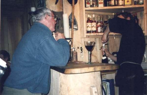 """En glad norrman som beställer ett glas """"svenskvin"""""""
