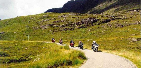 Nerför berget Meal Gorm. Så här såg vägarna ofta ut, enfiliga och tätt mellan mötesplatserna.