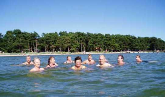 Tillbaka i Hällevik inbjöd det vackra vädret och 23-24 gradigt vatten till bad.