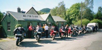 Bensträckare i Brig O'Turk på vår 30-mila dagsetapp från Fort William till Stirling.