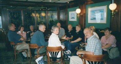 Hemresa. En liten drink i färjans pub före middagen.