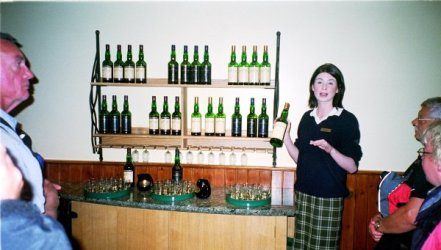 Vår eminenta guide förbereder whiskyprovning.