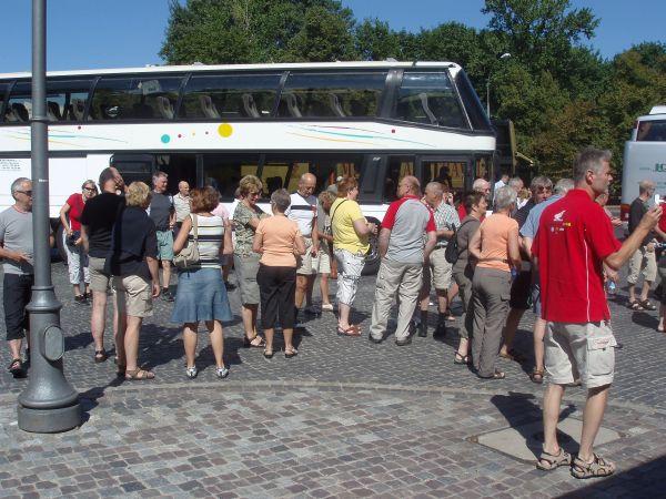 Bussen tar oss runt på en guidad tur i Warszawa.