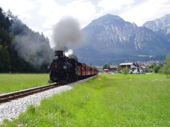 Tåg draget av ånglok brukar en del åka. Här lämnar ett Strass på väg mot Mayrhofen.