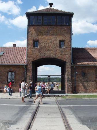 En ofta visad bild. Infarten till Birkenau.