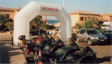 Hondaportalen till Pan European parkeringen på Sardinien