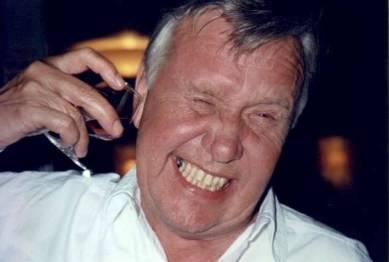 Verner demonstrerar hur man dricker konjak och ändå kan hålla sig nykter