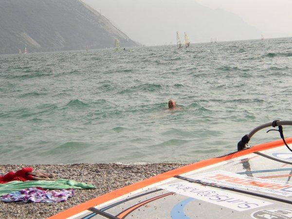 Ett svalkande dopp i Gardasjön