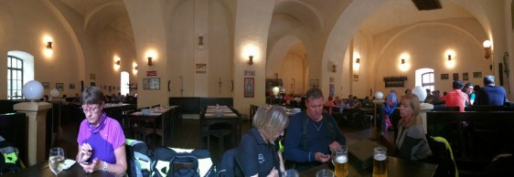 Första ölen vid ankomsten till Cesky Krumlow på Eggenberg bryggeriet, granne med vårt hotell där vi också hade parkeringen