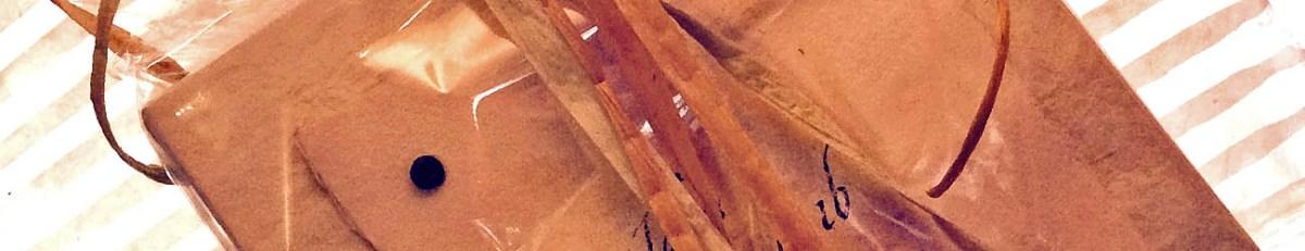Doptavla från specialday.se inslagen i cellofan.
