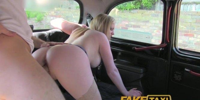 Elle est ravie de baiser le chauffeur de taxi