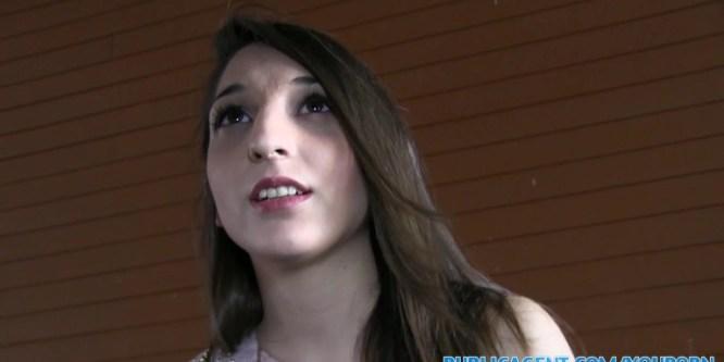 Jolie et sexy étudiante espagnole se fait baiser