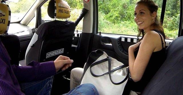 Pure scène de sexe dans un taxi
