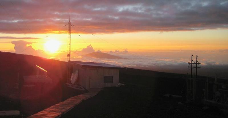 Pôr do sol a oeste de Mauna Loa, visto do observatório atmosférico da linha de base de Mauna Loa da NOAA, situado próximo ao pico do vulcão.