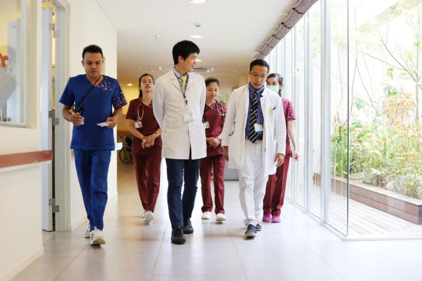 Japanese doctors share their knowhow with Cambodian colleagues.