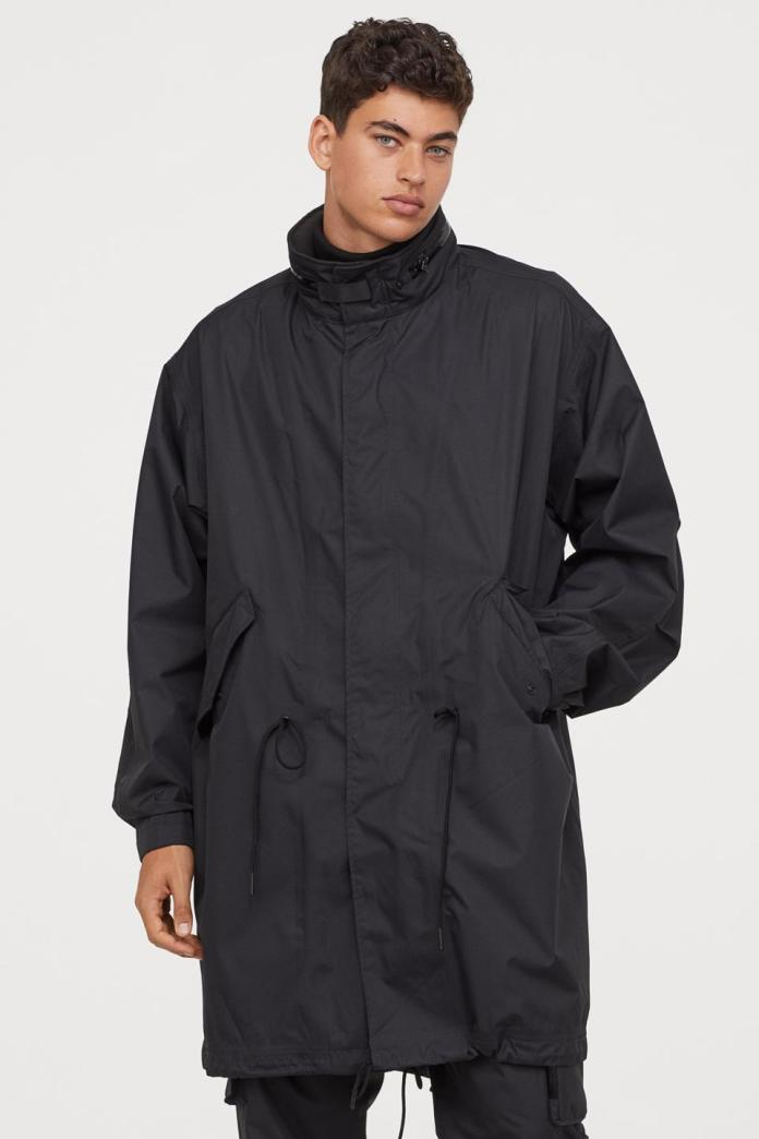 Parka in water-repellent functional fabric. Fleece-lined stand-up collar with concealed drawstring hood held in place with a grosgrain tab and snap fastener. Long sleeves with adjustable tab and fastener at cuffs. Taped zipper at front with wind flap and snap fasteners, fleece-lined side pockets with flap and snap fastener, and concealed drawstring at waist and hem. Vent at back with snap fastener to shorten back section for added freedom of movement. Detachable elastic suspenders for carrying the parka on your back. Reflective printed detail on sleeves. Lining with taped seams.