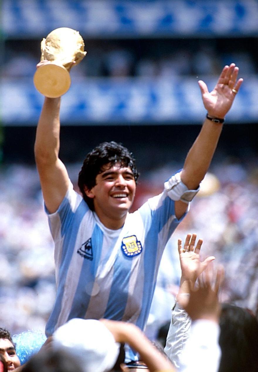 Diego Maradona celebrando a vitória da Argetina na Copa do Mundo FIFA de 1986, na Cidade do México (Foto: Getty)
