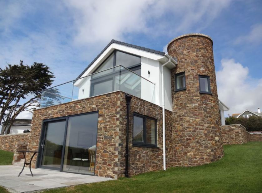 Secure balcony with stunning coastal views thanks to C.R. Laurence's TAPER-LOC® System