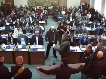На засіданні Рівнеради охорона виводить із залу людей