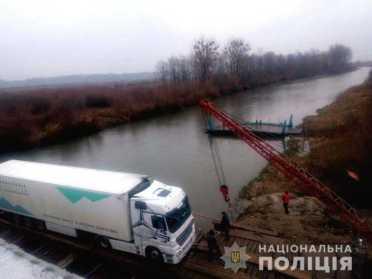 На Сарненщині водій фури зламав понтонний міст
