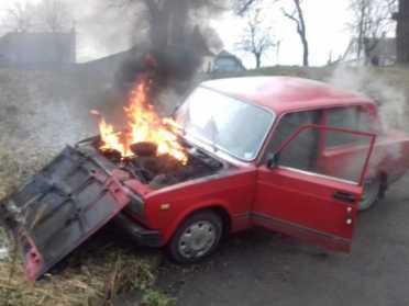 В Дубні пожежники ліквідували загоряння автівки серед вулиці