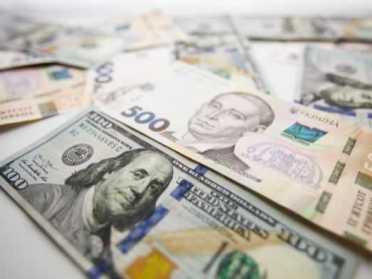 До кас України очікують надходження доларів