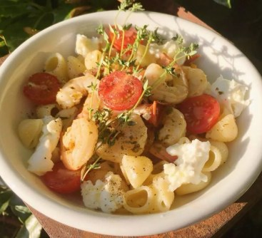 Nudeln mit Kräuterpesto und tomatisierten Garnelen