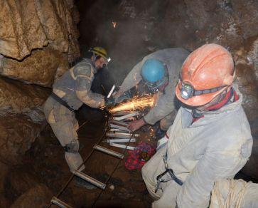 pre lepší transport jaskyňou sme si ich rozdelili na polovicu