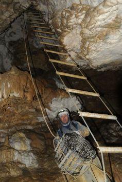 presun rebríka jaskyňou nie je vôbec náročny