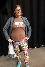 Bäraren av leggingsen berättade att hon jobbar på förskola, och barnen blir extra glada när hon har dessa färggladda byxor.