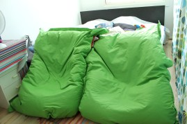 Mot sängen kan man ställa två puffar.