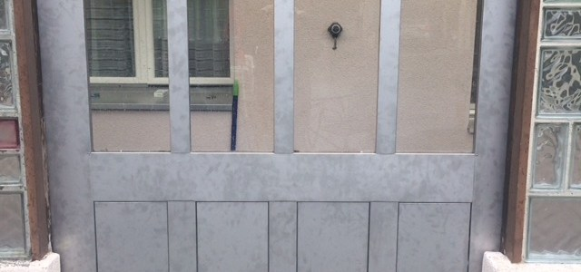 Tür im Blechkleid