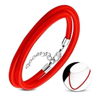 Červený náhrdelník obtočený lesklou niťou