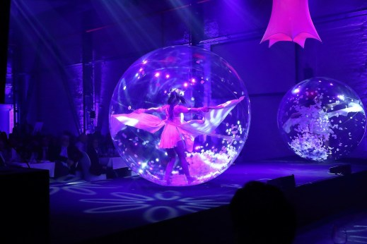 dance show in tranparent bubble