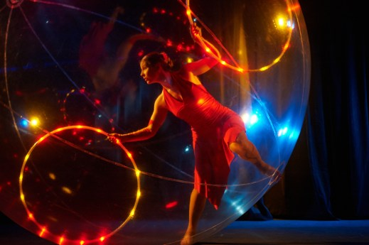 Lightning hula-hoop and acrobatie in a transparent sphere.