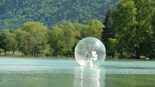 Onde Océane, floating bubble show dance on water