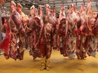 liu-bolin-hiding-in-france-meat-factory-galerie-paris-beijing-_large