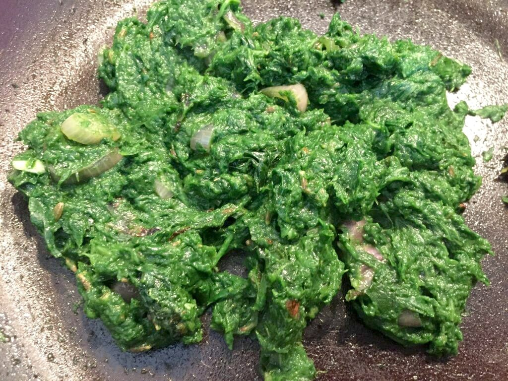 Make spinach paste to make spinach rice