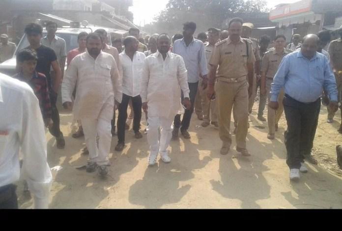 पकड़ी बाजार गांव में लोगों से मिलने जाते शोहरतगढ़ विधायक ।