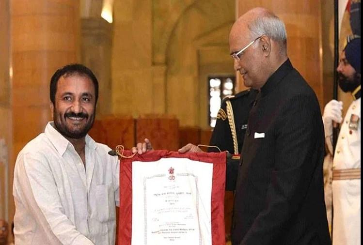 राष्ट्रपति से सम्मान पाते आनंद कुमार (फाइल फोटो)
