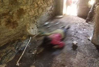खून से लथपथ शव घर अंदर पड़ा था