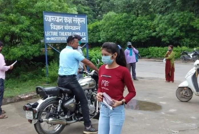 बीएचयू में आए छात्र।