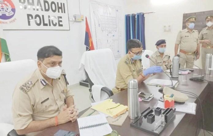 पुलिस लाइन सभागार में अपराध समीक्षा करते एडीजी जोन बृजभूषण।