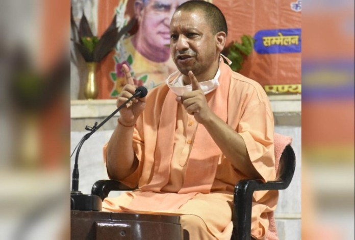 महंत दिग्विजयनाथ और मंहत अवेद्यनाथ के पुण्यतिथि समारोह के दौरान सीएम योगी।