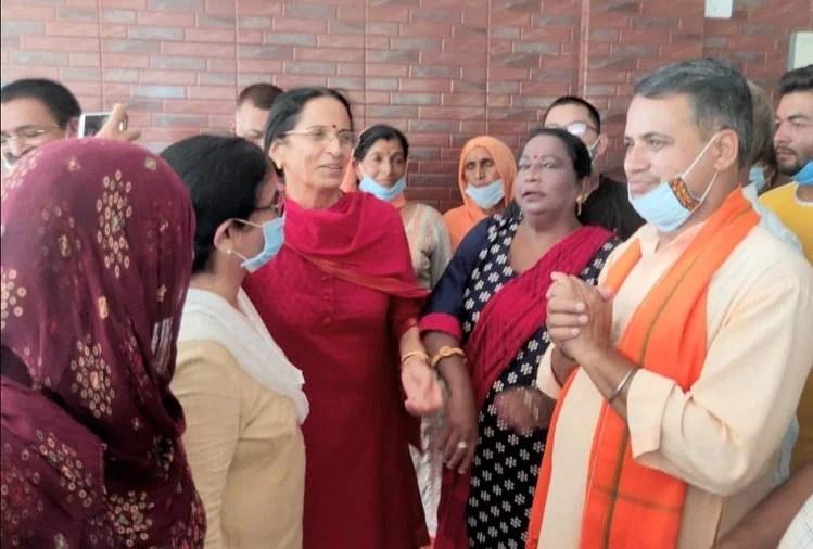 Kangana Ranaut Mother Asha Ranaut Thanks Pm Narendra Modi - कंगना की मां बोलीं, पीएम मोदी ने सुरक्षा देकर जीता दिल, पहले थे कांग्रेसी, अब हुए भाजपाई - Amar Ujala Hindi News Live